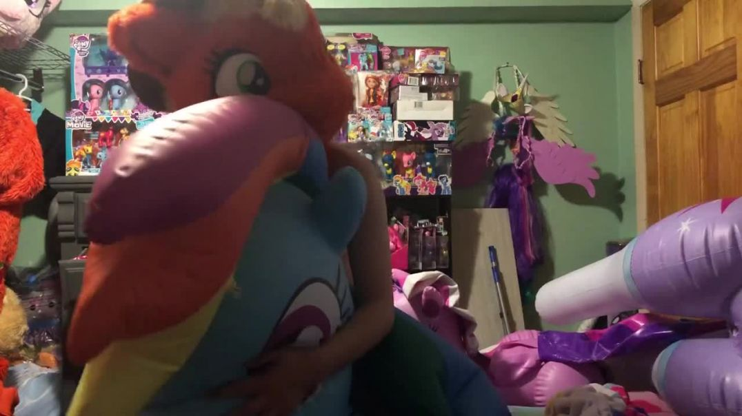 Pony loving AJ deflates Dashie